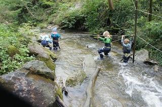 Outdoor Abenteuer pur beim Urlaub im Allgäu. Der Wasseramselsteig Rettenberg ist lehrreich und spannend. Foto: (c) kinderoutdoor.de