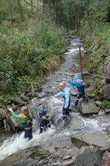 Gemeinsam durchqueren die Kinder am Stahlseil gesichert den Wasseramselsteig Rettenberg. Foto:(c) Kinderoutdoor.de