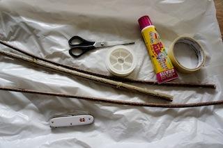 Hier seht Ihr alles, was wir an Material für unseren Drachen brauchen. Das meiste kommt aus der Natur oder ist wiederverwendetes Material. Foto: (c) Kinderoutdoor.de