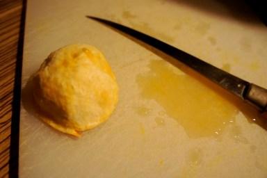 """Knödel? Nein, einfach die Mandarine """"gewendet"""", so lässt sich das restliche Fruchtfleisch perfekt entfernen. Foto: (c) Kinderoutdoor.de"""