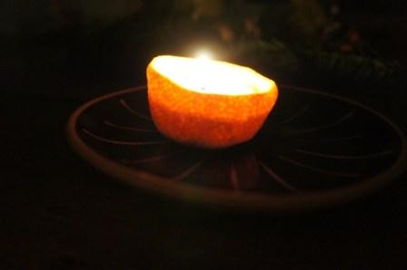 Erleuchtung garantiert. Die Mandarinenkerze ist ein Hingucker und riecht super lecker! Foto: (c) kinderoutdoor.de