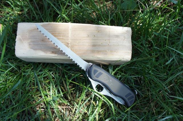 Motorsäge mit Handbetrieb. Das ist alles was Ihr zum Basteln mit Holz benötigt. Am Ende haltet Ihr einen Bären in den Händen.  Foto (c) Kinderoutdoor.de