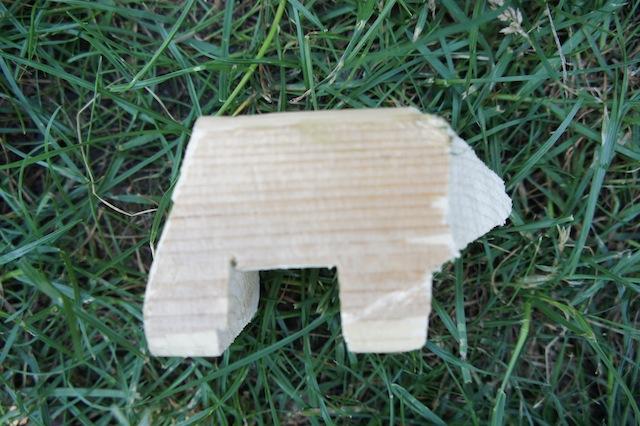 Und wir sägen/schnitzen munter weiter. Jetzt ist der Bär zu erkennen.  Foto (c) Kinderoutdoor.de