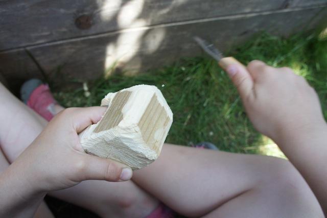 Nun toben sich die Kinder mit dem Schweizer Messer am Rohling vom Bären aus.  Foto (c) Kinderoutdoor.de