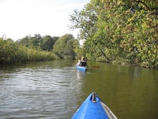 Die Wakenitz ist der Amazonas des Nordens und ideal für erste Familienpaddeltouren. Foto (c) kinderoutdoor.de