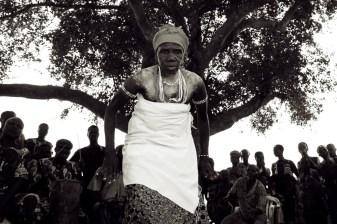 oudere voodoopriesteres in ceremoniële kleding