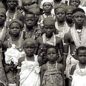 kinderen die voorheen in een convent verbleven assisteren bij bevrijdingsceremoniën