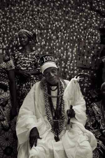 priester/griot voor het convent van Sakpata, god van de aarde. Men gelooft dat Sakpata de pokken veroorzaakt. De stippen op het convent symboliseren deze ziekte