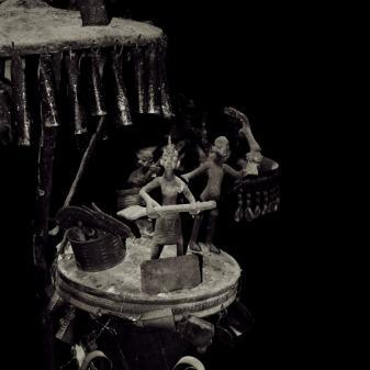 sangis zijn ijzeren altaartjes waarop het leven van de voorouder wordt verbeeld