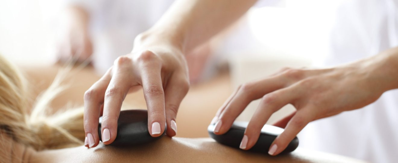 Foto einer Hot Stone Massage