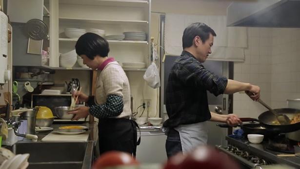 姊妹和丈夫在做饭