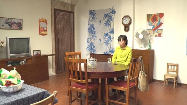 姊妹心情沮丧坐在桌子旁