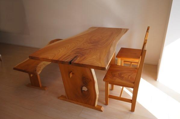 自然の穴を活かしたテーブル