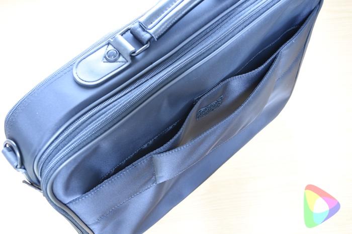 ビジネス出張バッグの背面ポケット
