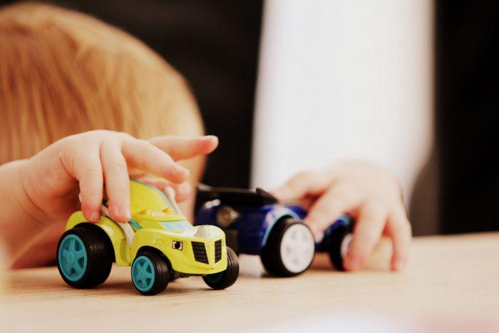 家で子供と遊ぶ
