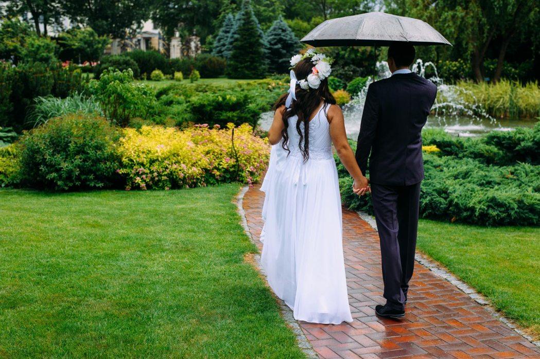 где фотографироваться на свадьбу если дождь