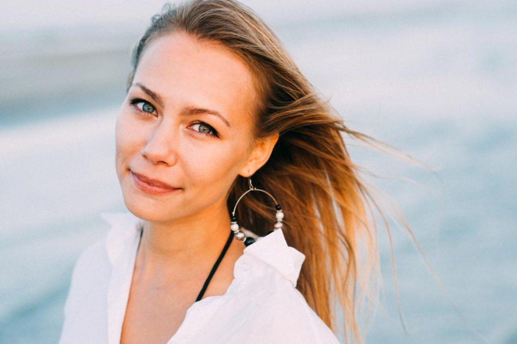 Фотопортрет девушки у моря морская фотосессия