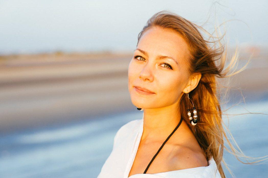 Портрет девушки у моря в лучах заходящего солнца