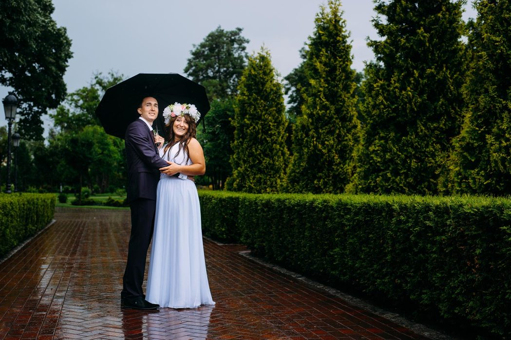Свадебная фотосессия в дождь Межигорье