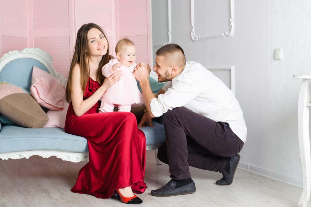 Семейная фотосессия на диване