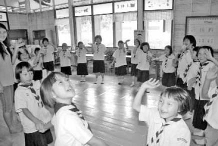 থাইল্যান্ডের একটি প্রাথমিক স্কুলের ছাত্রছাত্রীরা