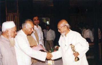 ২০০২ সালে কবি আল মাহমুদকে পুরস্কার প্রদানের মধ্য দিয়ে কিশোরকণ্ঠের সাহিত্য পুরস্কার প্রদানের সূচনা হয়