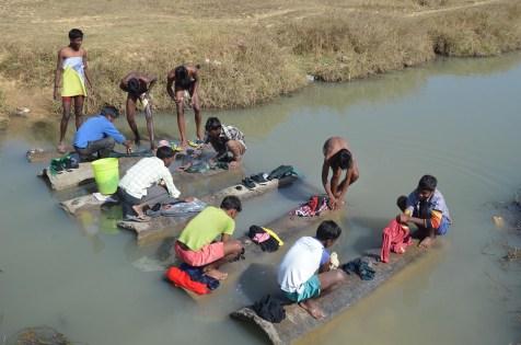 En dan trekken de jongens naar de rivier om hun klereneen schrobbeurt te geven.