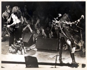 Kiss uppträder i Hulman Center, Terre Haute 1975.