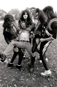 Fin Costello tillsammans med Kiss i Cadillac 1975.