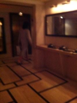 ...innan han smiter iväg till hissarna.