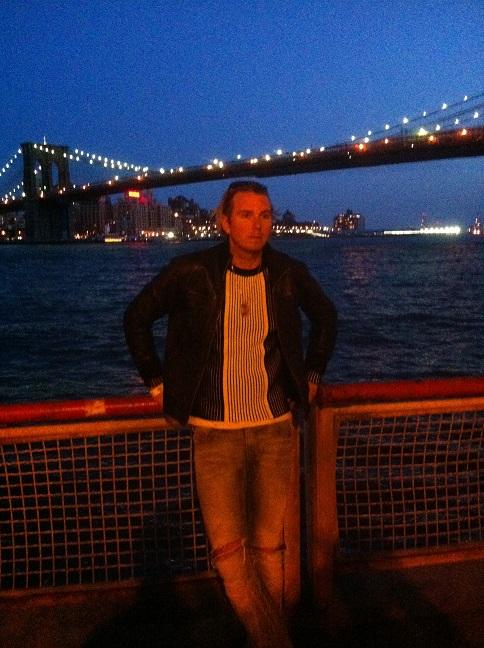 Affe under Brooklyn Bridge