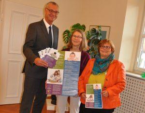 Vorstellung des neuen Elternkompass-Programms mit (von links) OB Stefan Mikulicz, Brigitte Breitenstein, Birgit Ditter. Foto: Stadt Wertheim