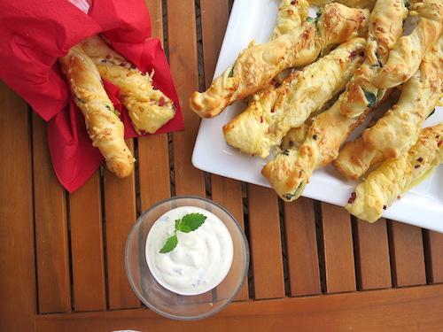 Grillspaß mit Blätterteigstangen und Meggle Dip&Top