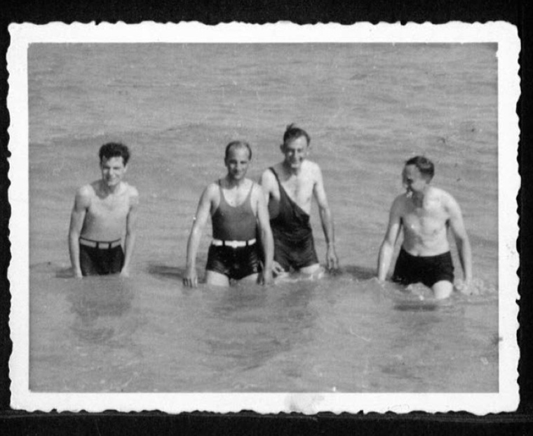 Kitchener camp, Werner Gembicki, Photo, Sandwich bay, Swiming with friends, August 1939, With Levy, Mosheim, and Hermann