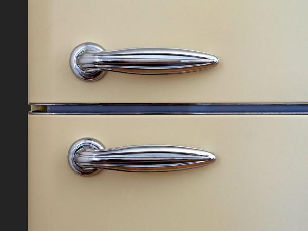 Ein Retro Kühlschrank unterscheidet sich vor allem durch sein Design von einem normalen Kühlschrank. Charakteristisch für einen Retro Kühlschrank ist seine Pastellfarbe und das Design der Griffe.