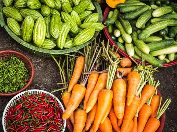 Du kannst mit einem Pendelschäler verschiedenes Obst und Gemüse schälen, jedoch kannst du mit dem Schäler auch Gemüsestreifen machen, die besonders schön im Salat aussehen. (Fot: Megan Hodges/ unsplash.com)