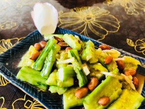 拍黃瓜花生米 – Bruised Cucumber Salad with Peanut Powder