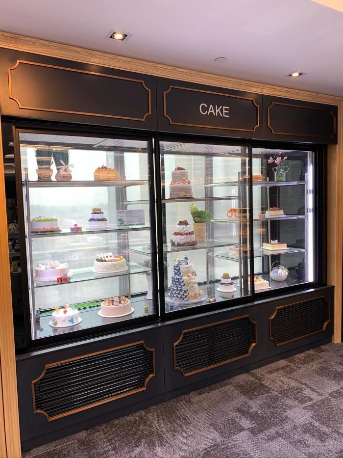cake upright display showcase