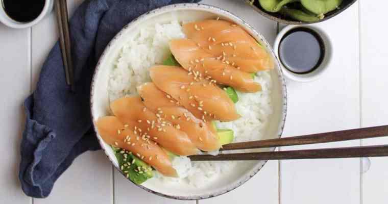 Sushi-Bowl mit Lachstreifen und Avocado