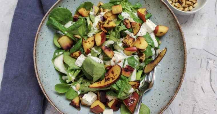 Feldsalat mit Nektarinen, Feta und Pinienkernen