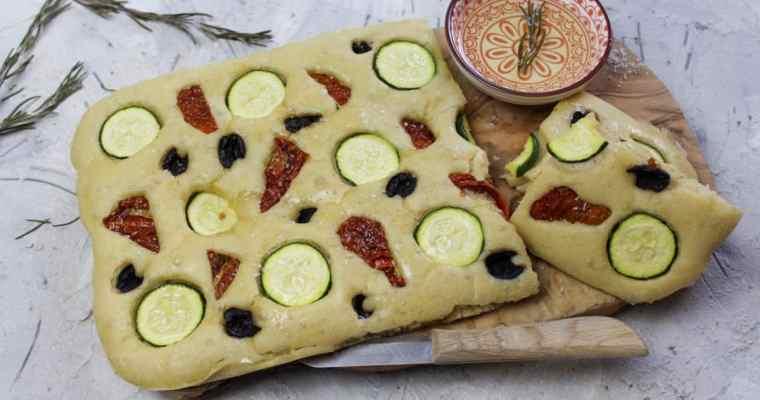 Focaccia mit Zucchini, Oliven und getrockneten Tomaten