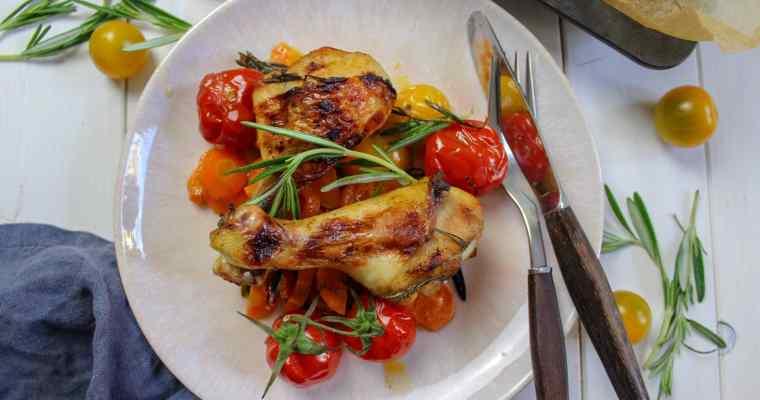 Hähnchenkeulen aus dem Ofen mit Möhren und Tomaten