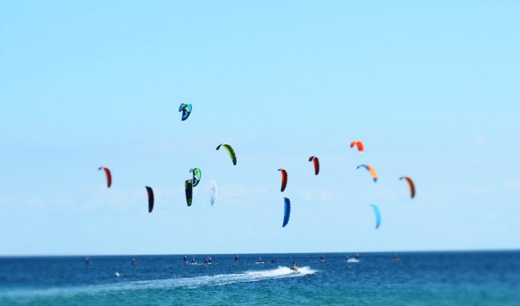 Die Nase vorn und den Kite im Himmel- Foilsurfer bei wenig Wind