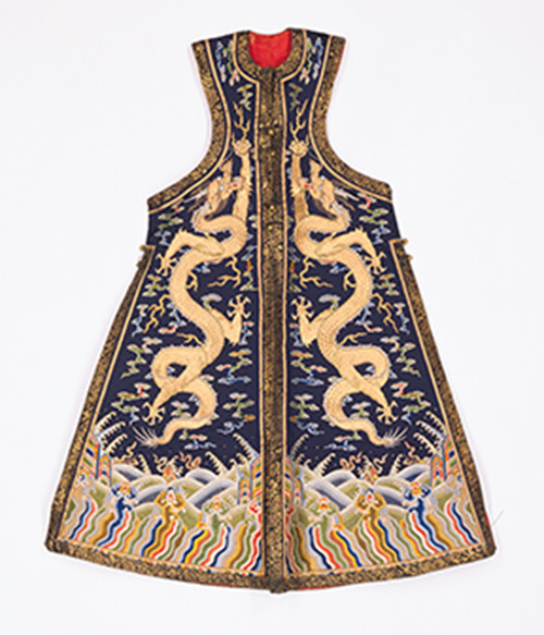 ForbiddenCity-06 Empress's ceremonial coat (chaogua) Qing dynasty, Yongzheng period silk with gold thread © The Palace Museum