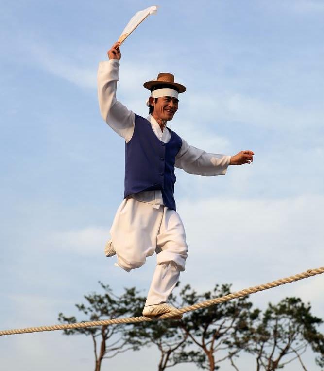 Jultagi - Korean  tightrope walking. Image credit: Koreanfestival.ca