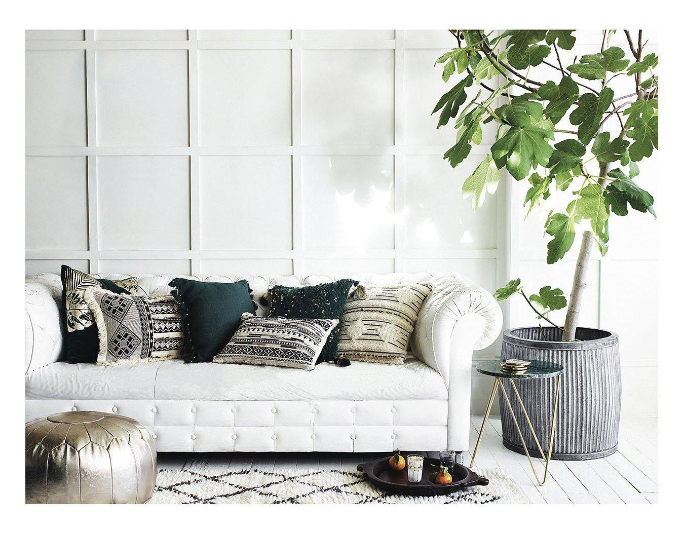 White, grey and green living room inspiration| Today we're talking inspiration for adding green to your living room. Green is a really versatile colour to decorate your home with. But, which colours and tones work well? What kind of accessories work with green? This post gives you ideas for pulling together an elegant green colour palette and pieces for your home. Read more: kittyandb.com #greenlivingroom #interiordecoratinginspiration #naturalaesthetic #whitesofa
