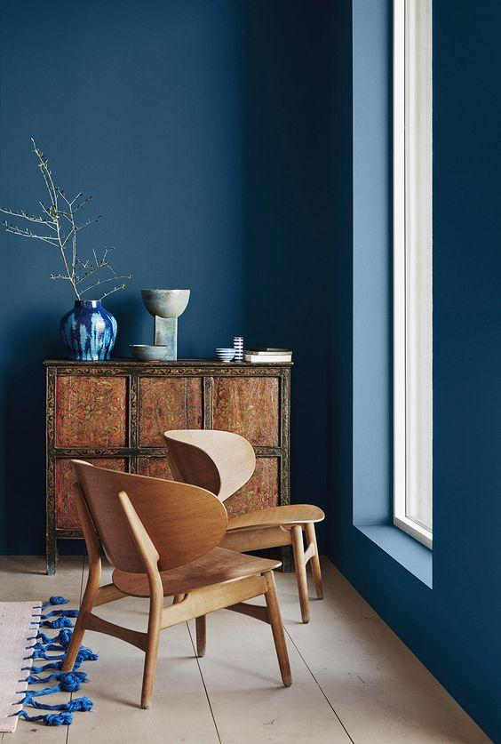 Blue and Natural Tones Room Decor Inspiration| Blue is a really versatile colour to decorate your home with. But, which colours and tones work well? What kind of accessories work with blue? This post gives you ideas for pulling together an elegant blue colour palette and pieces for your home. Read more: kittyandb.com #blueroom #colourfulhomedecor #bluecolorpalette #blueaesthetic #classicblue