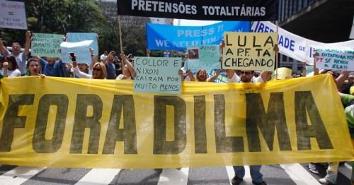 15nov2014---manifestantes-pedem-o-impeachment-da-presidente-dilma-rousseff-pt-durante-protesto-na-avenida-paulista-reuniao-central-de-sao-paulo-neste-sabado-15-1416067881768_956x500