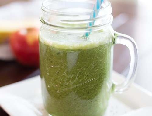 This Green Detox Smoothie is packed with vitamins and nutrients from fresh fruit, greens and chia seeds for a healthy and delicious breakfast or snack!