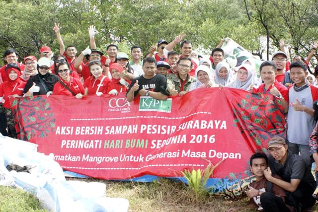 KJPL-Coca-Cola Bersihkan Sampah Mangrove